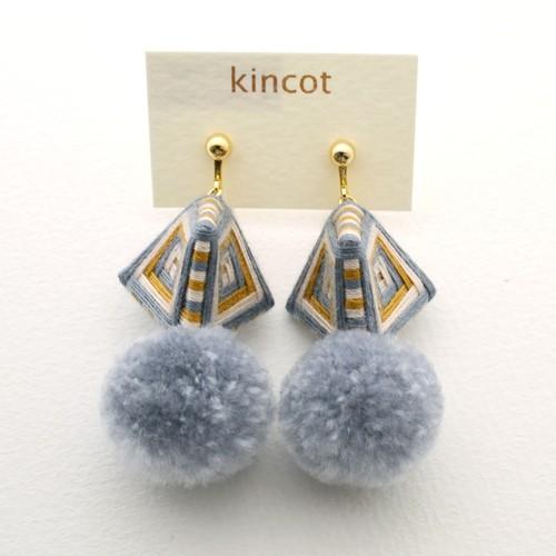 kincot 糸巻きポンポンイヤリング(グレー×ブラウン)