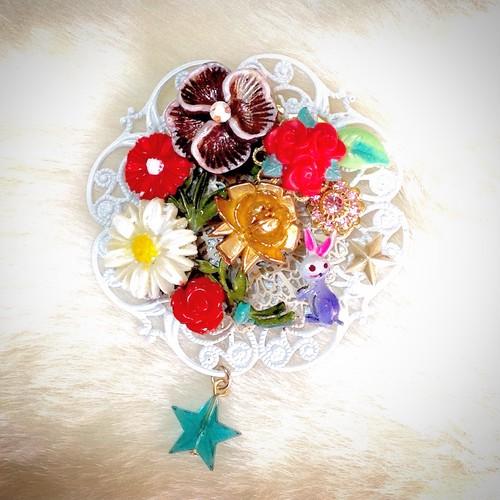 s009 紫の兎がいるお花束ブローチ(帯飾り)