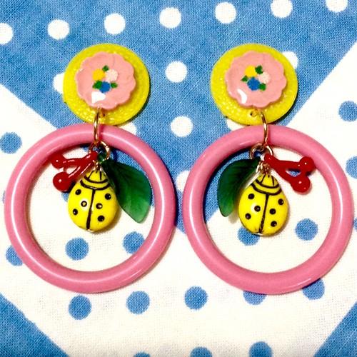 s003 黄色テントウムシとお花フープピアス