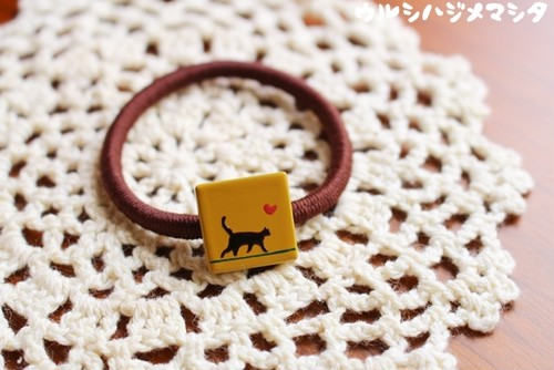 "猫が歩く。漆のヘアゴム【黄】(四角・小)/""Waling cat"" series of square-shaped hair elastic in yellow URUSHI[S]"