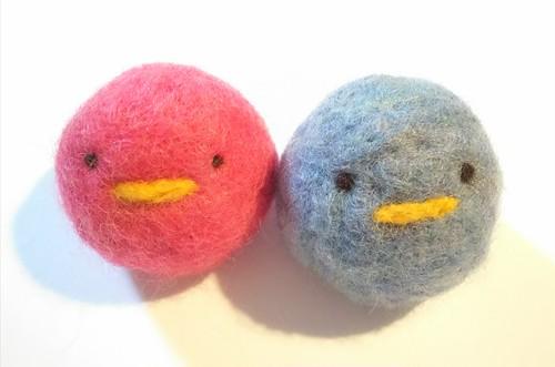 羊毛フェルトぴよ2個入*赤×青(鈴入り猫のおもちゃ)
