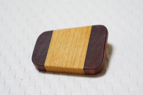 木のブローチ