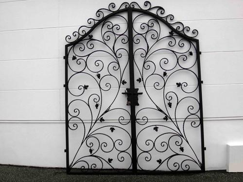 お洒落なロートアイアンの両開き門扉が、在庫処分セールでお買い得!(総額192,000円中、申込時の半金)