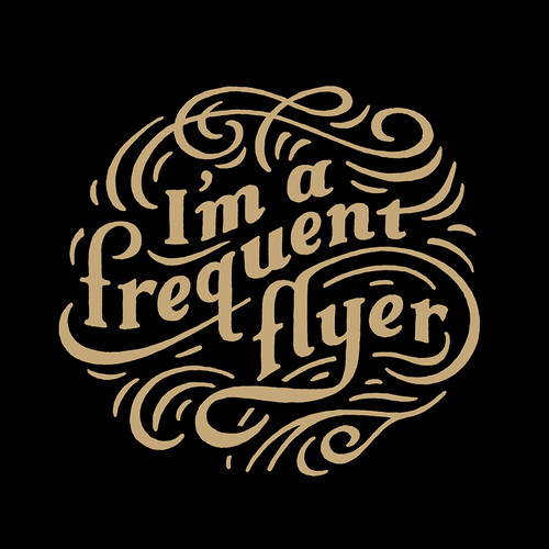 『I'm a frequent flyer』Tシャツ by Studio Eillo 【ボディ:白・黒】