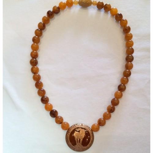 白べっ甲風の樹脂に金彩 アーカンサス模様と山羊のモチーフのネックレス