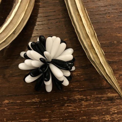 60's made in HONG KONG Black & White Flower Motif ヴィンテージブローチ    [BV-402]