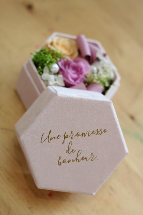 プリザーブドフラワーの贈り物 お祝品として人気の宝石箱にプリザーブドフラワーを詰め込んだボックスアレンジ ローズジュリーナ