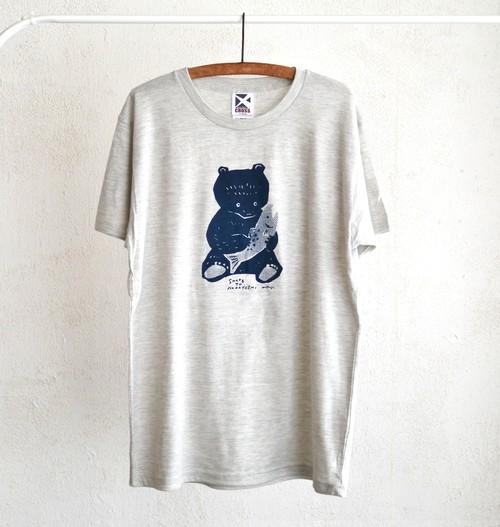 鮭を持った熊のTシャツ(缶バッジ付き)