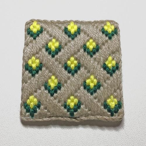 刺繍ブローチ グレー花