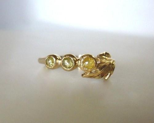 3つのイエローナチュラルダイヤの指輪