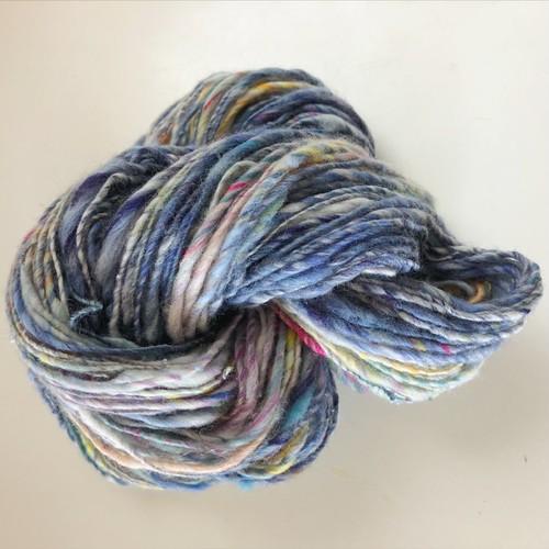 【手紡ぎ糸 a-8】ブルーとイエローに少しピンクなアートヤーン