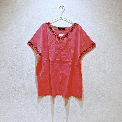ブラウス 刺繍 入り Vネック ~ ひもで引っ張ると形を変えられる 変化を楽しめるデザイン