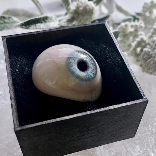 アイスブルーの義眼