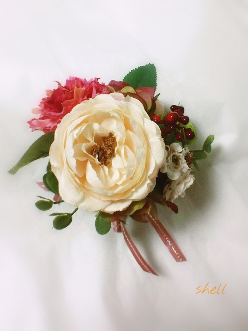 ピンクとホワイトでロマンチックコサージュ