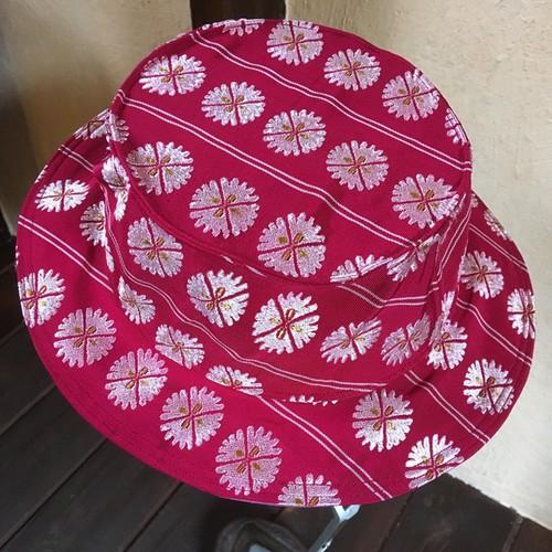 帯のカンカン帽『紅色<花>』
