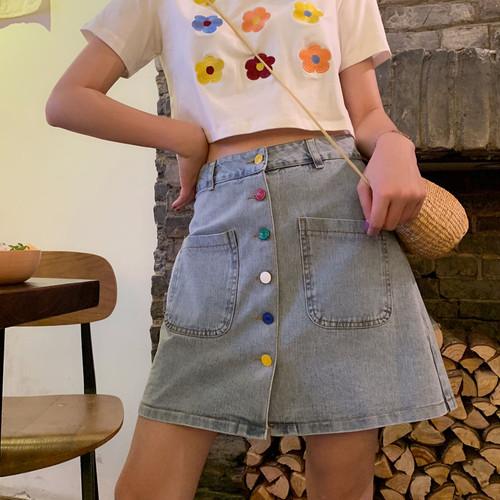 カラフルなボタンのAラインデニムスカート