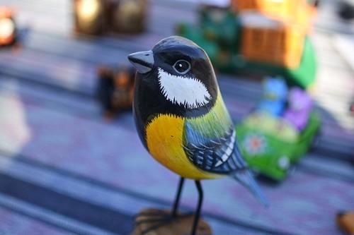 細かく手描きをした木彫りの鳥