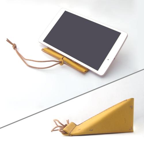 きはだ染め革のタブレット&スマホスタンド【oruto/おると】 #草木染めレザー  #オールレザー #手縫い #角度2段階 #持ち運び楽々おりたたみ式