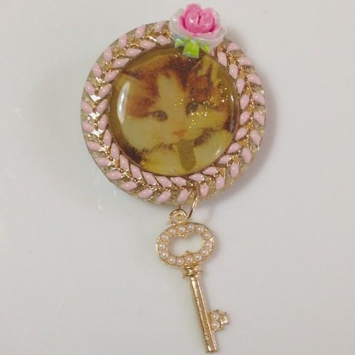 379 猫とバラと鍵 ブローチ