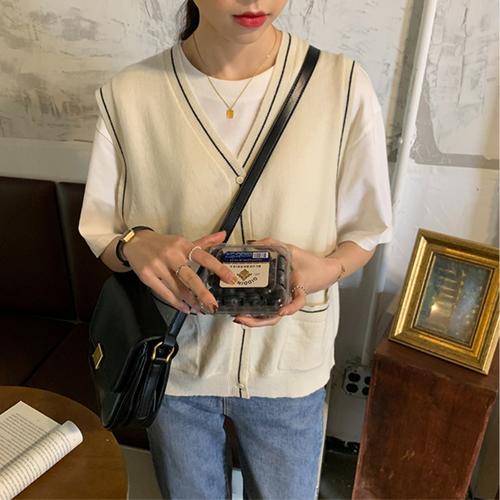 〈カフェシリーズ〉淡色女子の薄手ミルクニットベスト