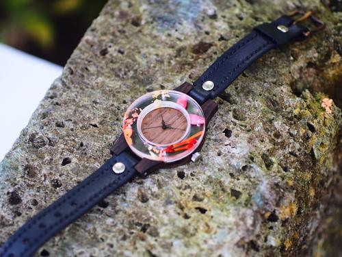「和」をイメージに、押花と金箔をフレームに用いた銘木黒檀の腕時計