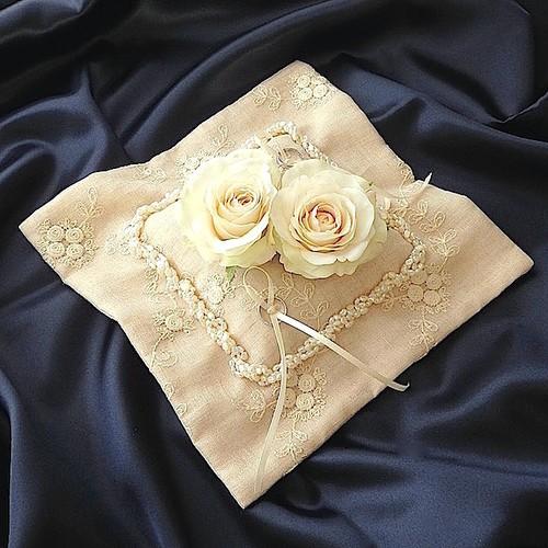 ライスパールとバラを飾ったリングピロー