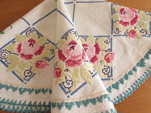 【レトロな薔薇】ピンクのバラと格子枠の手刺繍 オーバル型テーブルクロス /ヴィンテージ・ドイツ