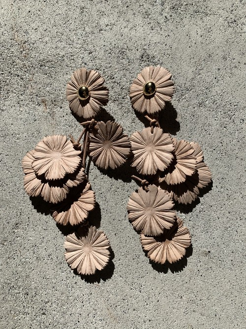FUMIE=TANAKA   leather flower earring (NUDE)