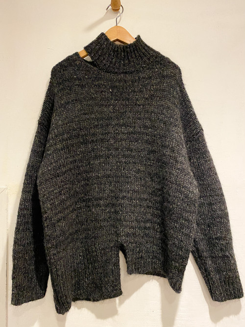 Ladies' / knit sweater of slashed collar and asymmetrical length