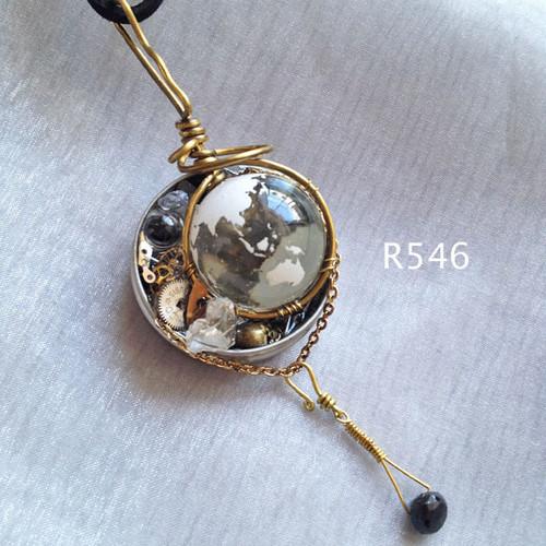 地球儀ビー玉と小さい水晶玉のペンダント