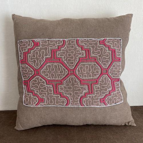 クッションカバー92 両面 グレー泥染めピンク刺繍 40cmサイズ   アマゾン・シピボ族の泥染め