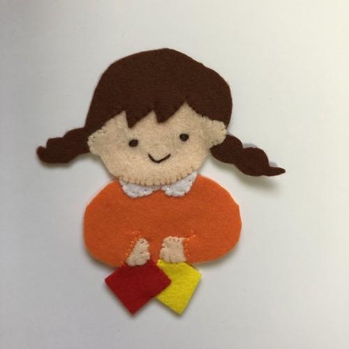 (カスタマイズ可)折り紙をする女の子  ◆ランチベルト にも取り付けできます◆