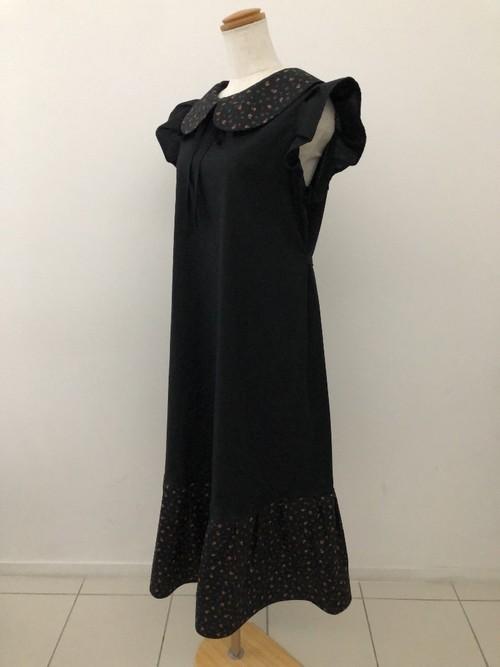 小花模様が華やかさを演出する黒のロングスタイル。上品な袖&裾フリル丸襟ワンピース  フレンチ袖 コットン100% ロング丈 一点もの