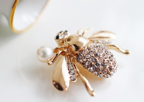 あこや真珠とラインストーンのミツバチ・ブローチ