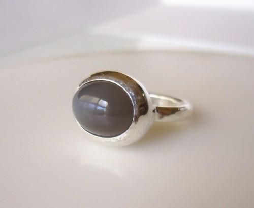 グレイベージュムーンストーンの指輪