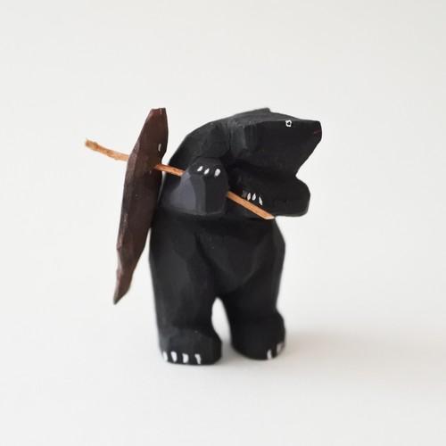 小さな鮭背負い熊 B