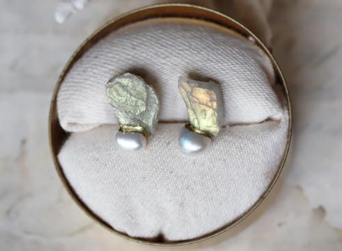 【一点物】原石のラブラドライト・パールの金継ぎピアス