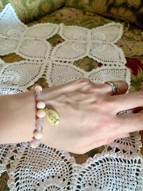 médailleと貴石のブレスレット_桃色珊瑚・紅水晶・オーロラローズクォーツ