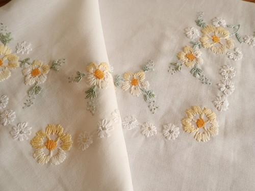 【キイロとシロ】可愛い黄色と白のお花の手刺繍 コットン生地 テーブルクロス /ヴィンテージ・未使用品 デッドストック ドイツ