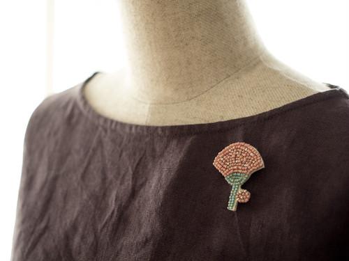 ボタニカルビーズ刺繍ブローチ(カーネーション)