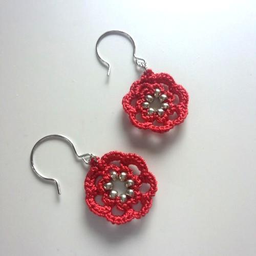 赤い花のモチーフピアス(イヤリング)