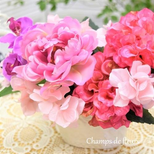 ピンクのグラデーションが華やかな シャクヤク・ダリア・ミニコチョウランのアレンジメント
