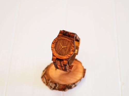 木目がはっきりとした木製腕時計(引っ掛けベルトタイプ)