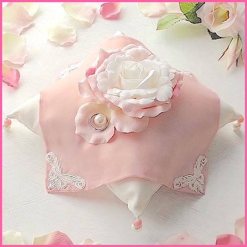 バラとピンクのシフォン布をのせたリングピロー