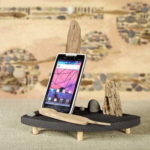 流木の携帯スタンド