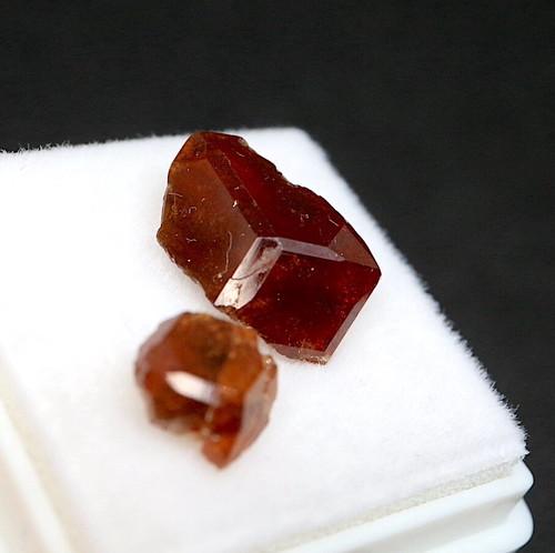 カリフォルニア産 グロッシュラーガーネット 2ケ入り ケース小  GN121 原石 鉱物 天然石 パワーストーン