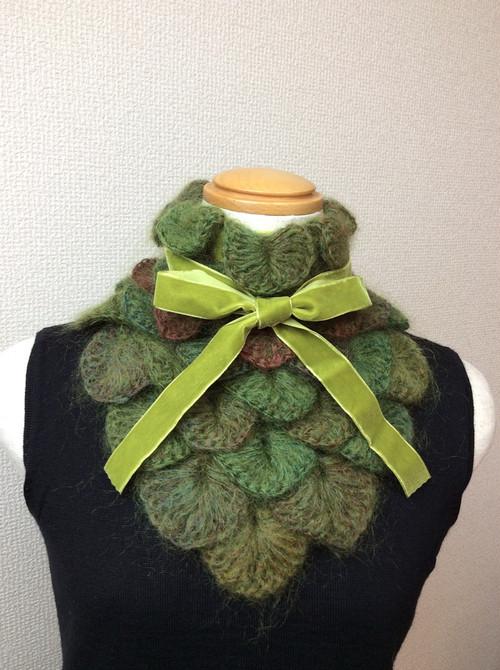 うろこ編みのサンカクミニマフラー うぐいす色