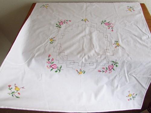 【つぼみのような】ピンクと黄色の可愛らしいお花の手刺繍 テーブルクロス /ヴィンテージ・ドイツ
