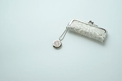 【シルバー&ホワイト 華文様 シルク帯  印鑑ケース】がま口、帯リメイク。結婚祝い、誕生日に。