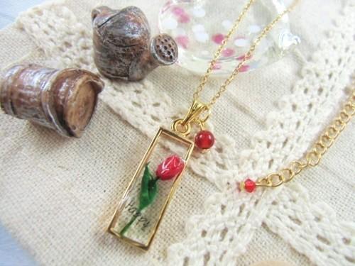 チューリップを閉じ込めたゴールドフレームの春のネックレス(赤)